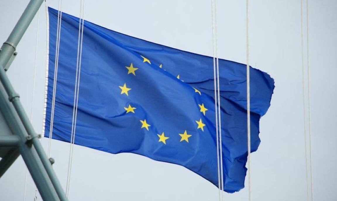 EU Flag blowing in the wind © EUNAVFOR Atalanta, 2013